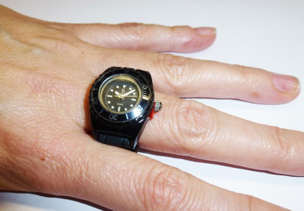trendige Ringuhr in schwarz mit Quarzwer...