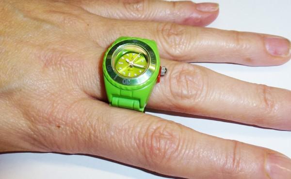 trendige Ringuhr in grasgrün mit Quarzwerk und butterweichem Silikonband, mit Kunstoffgehäuse und Faltschliesse passend für jeden Finger, auch als Schlüsselanhänger oder Anhänger tragbar, Länge 10cm, Breite 2cm, mini ice ice Ring Uhr, der Preis führt zu u